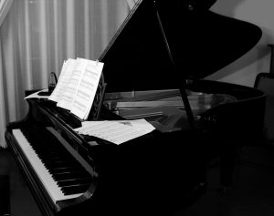 A photo of a grand piano.