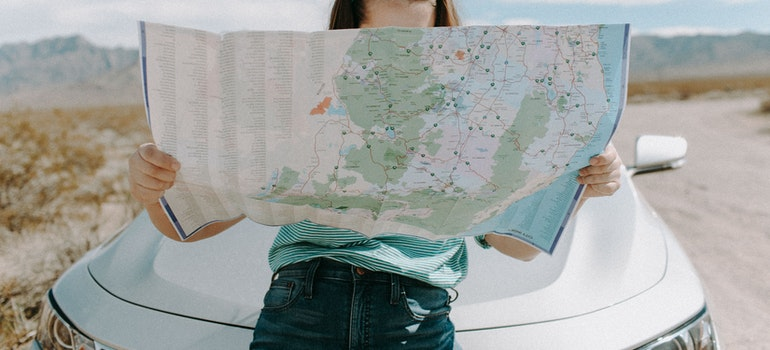 Woman move from Oakland Park by looking at the map
